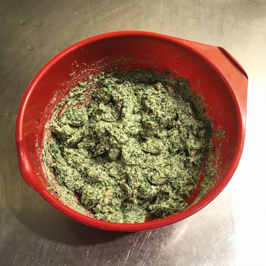 Ravioli - Tillsätt ricotta, parmesan och riven citronskal.