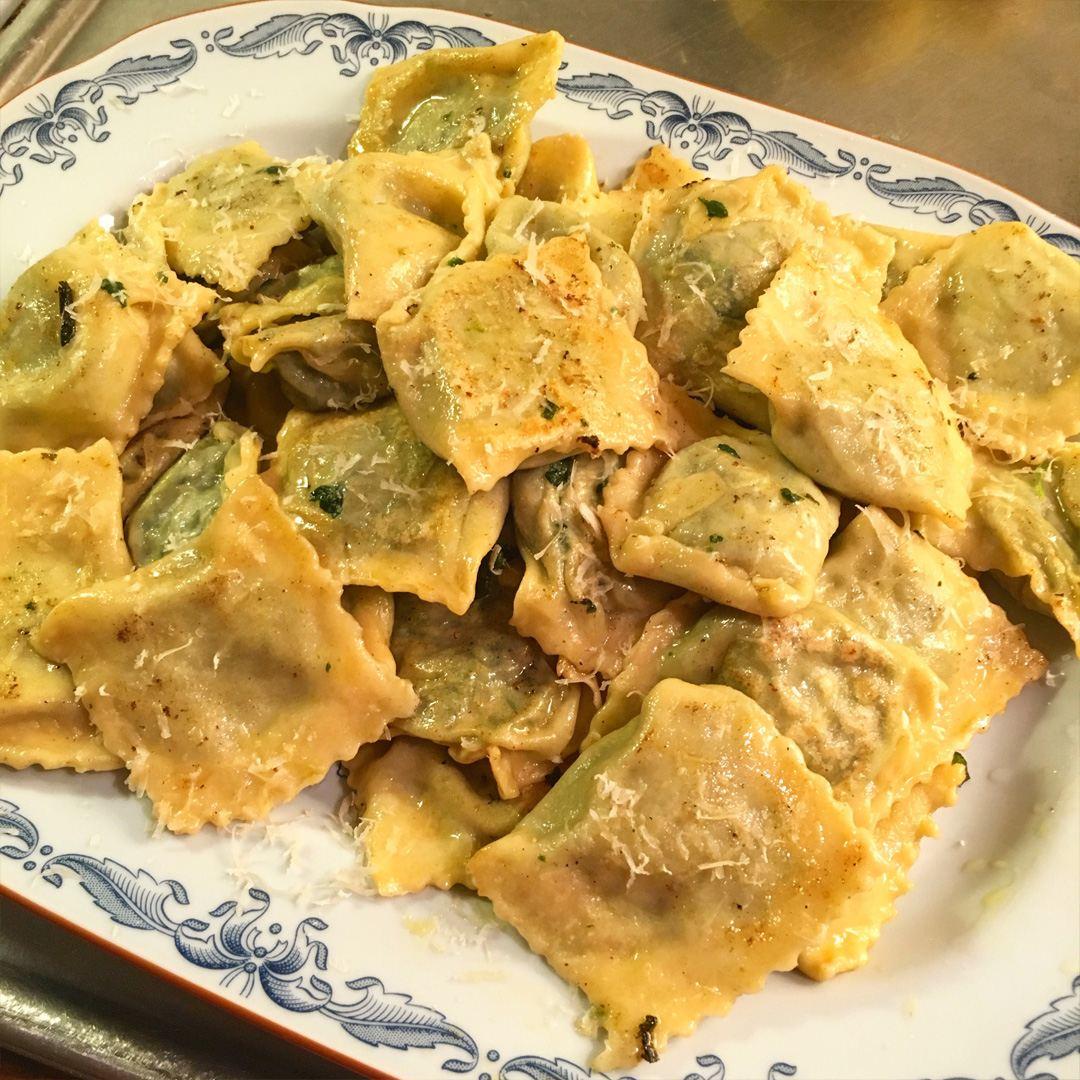 Ravioli med spenat, ricotta, parmesan, muskotnöt, citronskal, salt och svartpeppar.