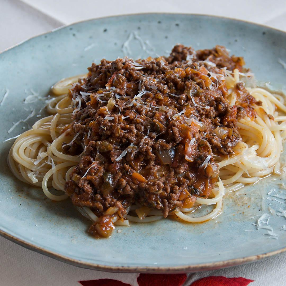 Pasta bolognese - Recept på Italiensk klassiker som passar alla dagar i veckan. Vinet du har i din bolognese är också det vin du dricker till.