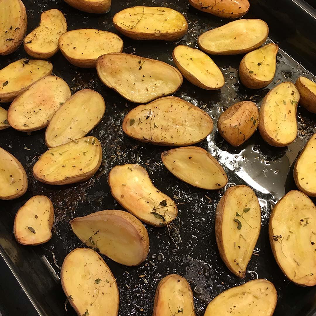 Ugnspotatis blir godast om man väljer en potatis av bra kvalité. I detta recept kryddar jag ugnspotatis med timjan och vitlök.