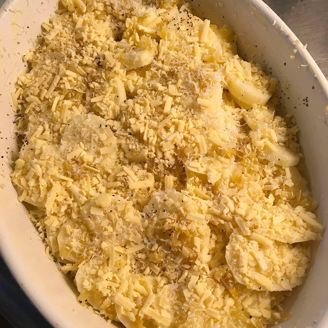 Skär potatisen i ca 5mm tjocka skivor och lägg i kallt vatten.