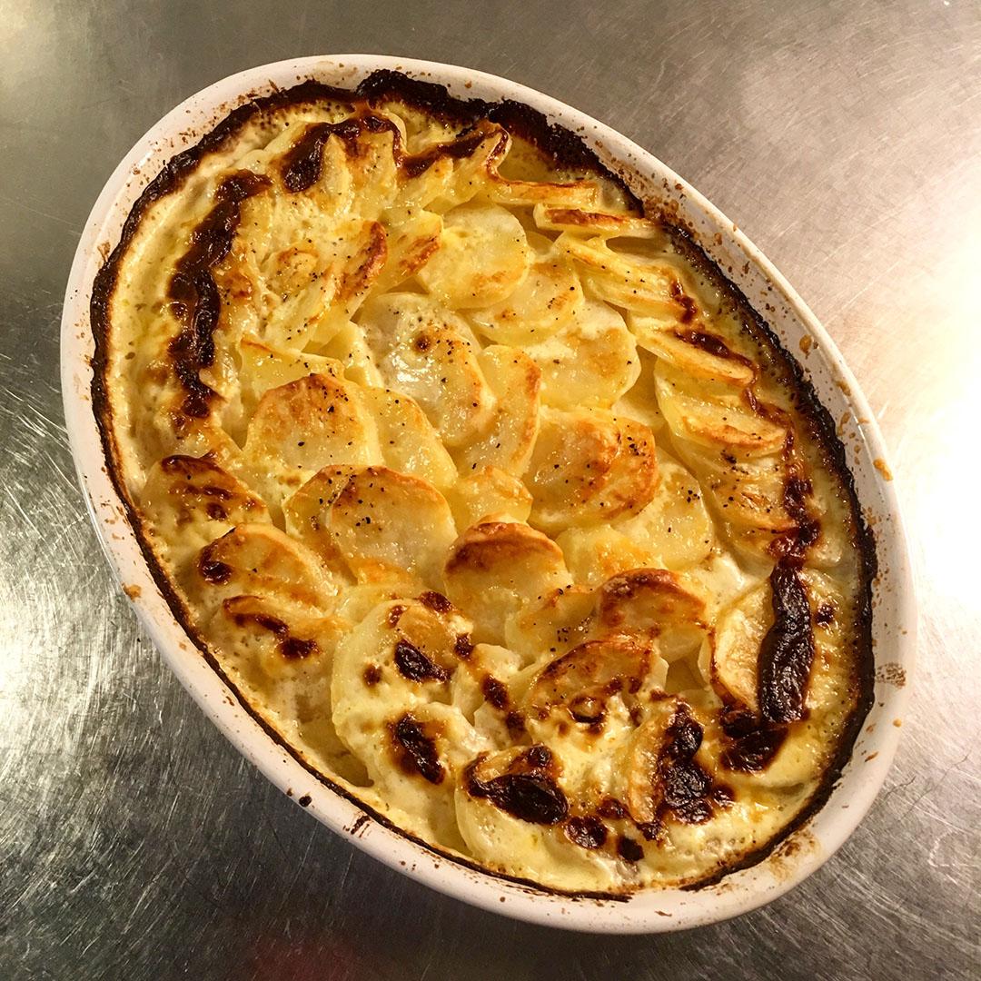 Grädda i ugnen på 200 grader i ca. 1 timma eller tills potatisen är klar. Använd en tandpetare eller sticka för att känna på konsistensen.