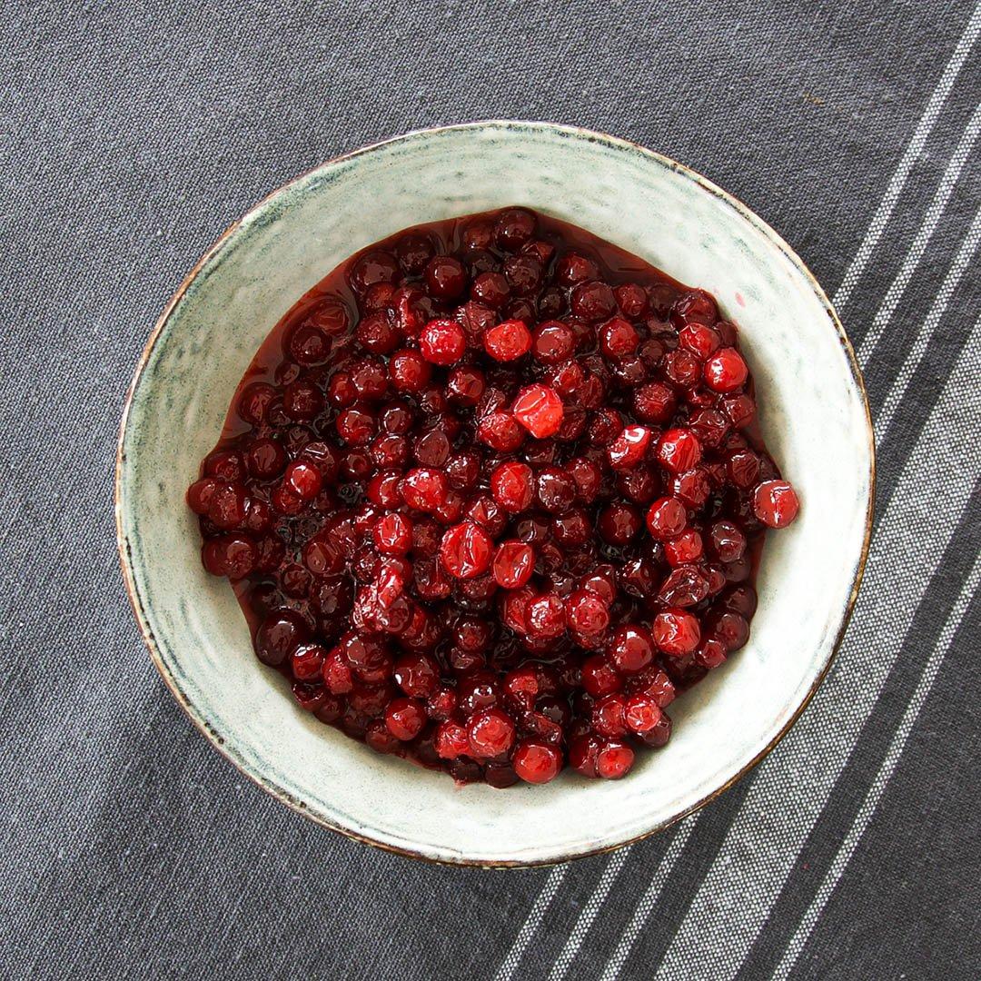 Rårörda lingon - enkelt recept på lingonsylt. Allt som behövs är lingon och socker.