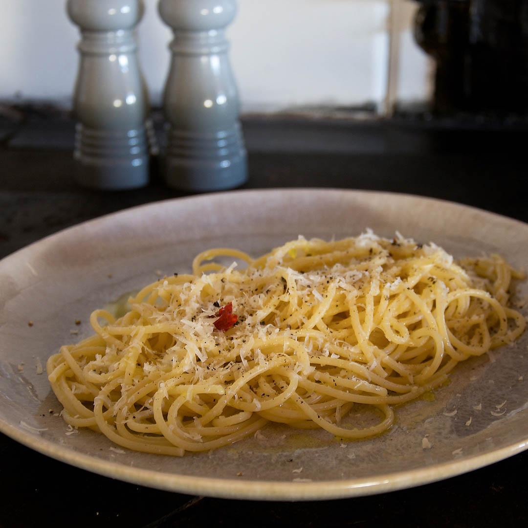 Spaghetti med chili, vitlök och olivolja är en snabb, enkel och god pastarätt som du tillagar på 10 minuter.