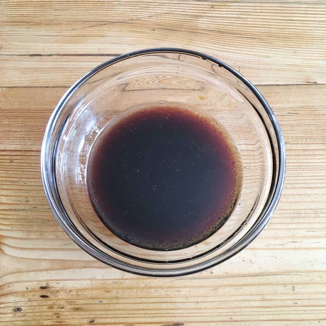 Blanda sojasås, honung sesamolja och risvinäger i en skål.