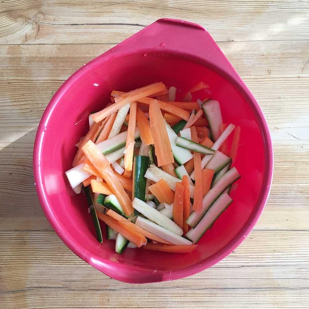 Hacka upp vitlök, ingefära morot, salladslök och squash fint. Tillsätt chiliflakes samt koriander och stek på i stekpanna med olja i några minuter.