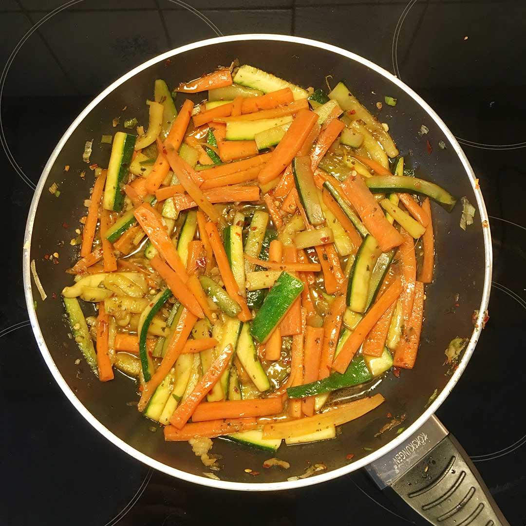 Följ anvisningarna för att koka risnudlarna. Det vanliga är att lägga nudlarna i uppkokat hett vatten och låta vila i några minuter,