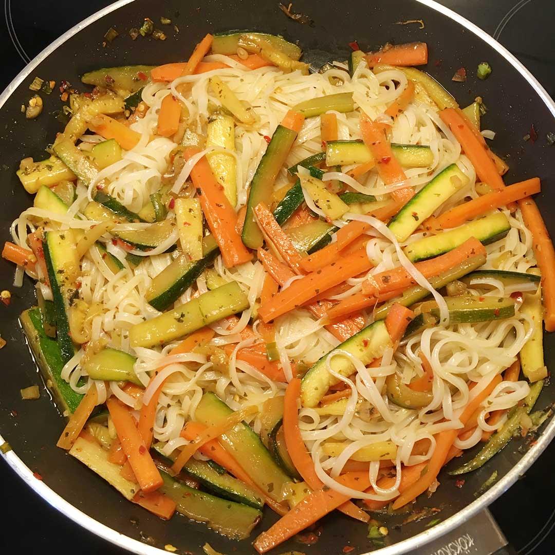Häll i soya, honung, sesamolja och risvinägerblandingen i de stekta grönsakerna och stek på ytterligare i några minuter.