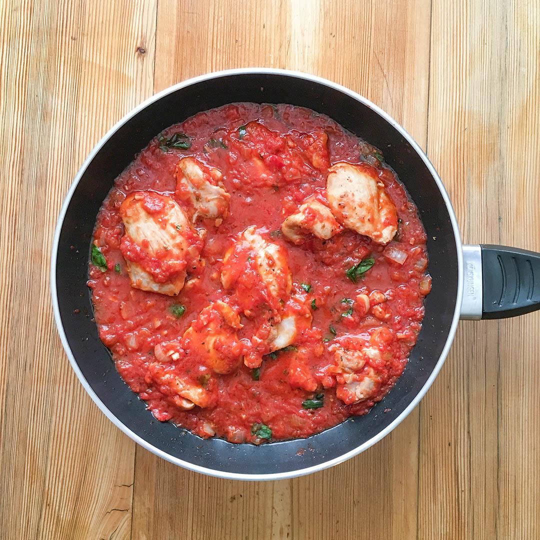Kyckling i tomatsås med örter och pasta