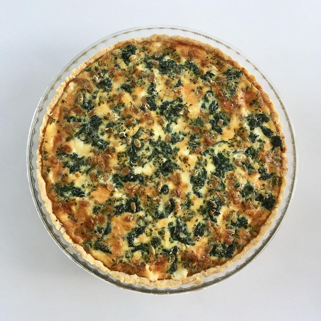 Spenatpaj med tre ostar samt pinjenötter och solroskärnor