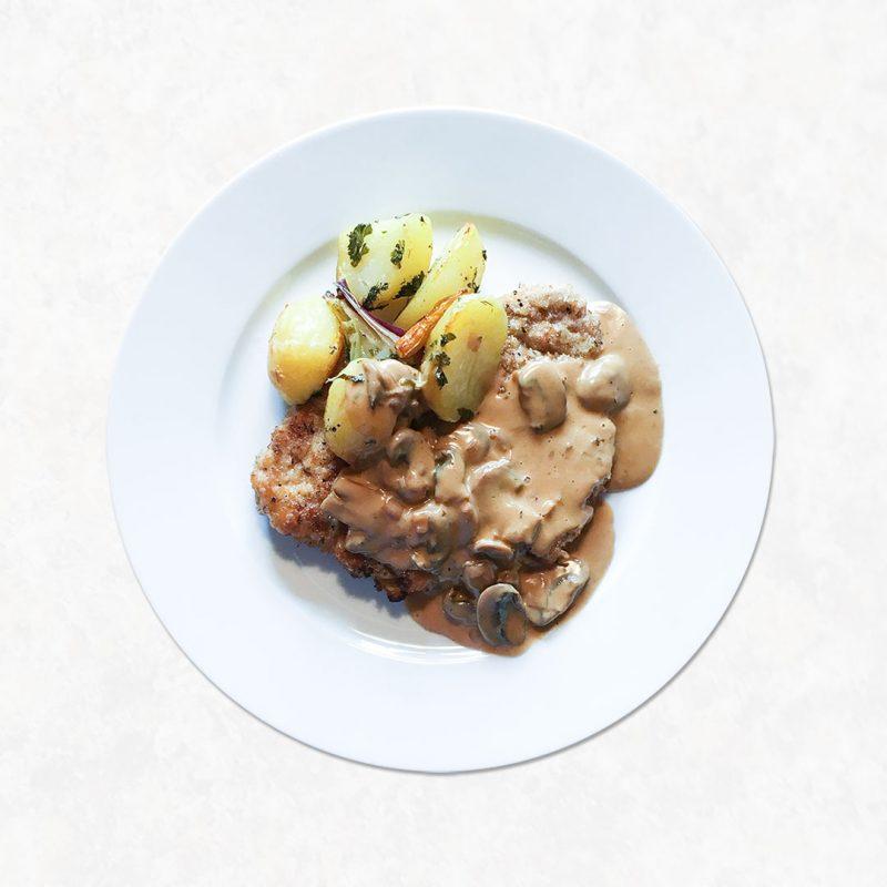 Panerad skinkschnitzel med svampsås passar att tillaga alla dagar i veckan. Servera med ugnsrostad eller kokt potatis.