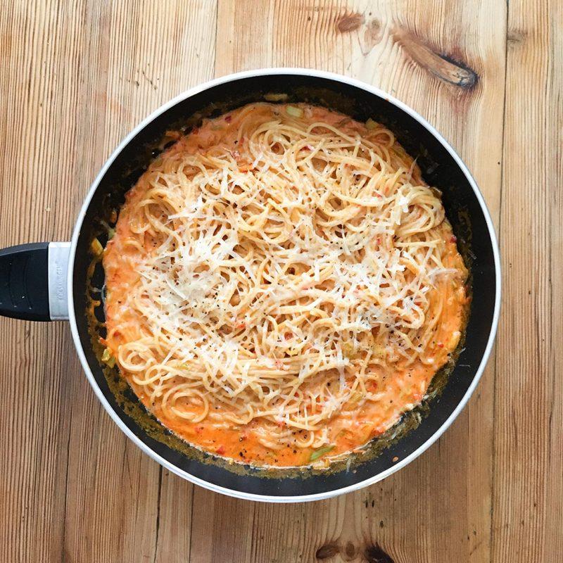 Pasta med gräddsås på ajvar relish och parmesanost