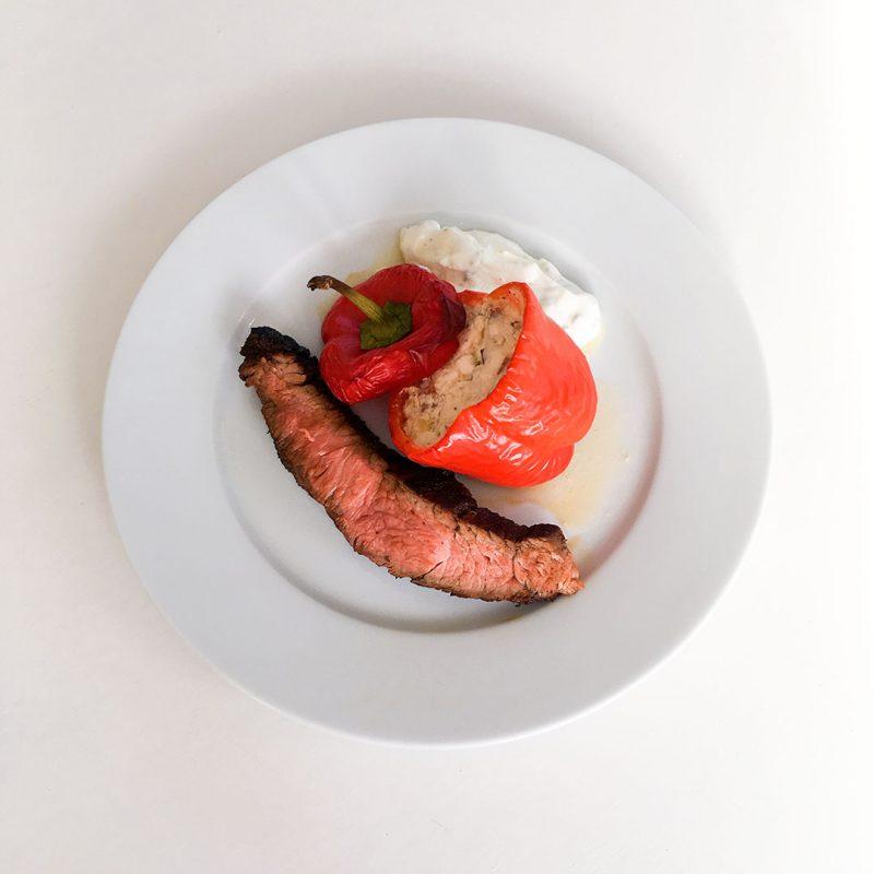 Grillad flankstek med paprika fylld av godsaker.