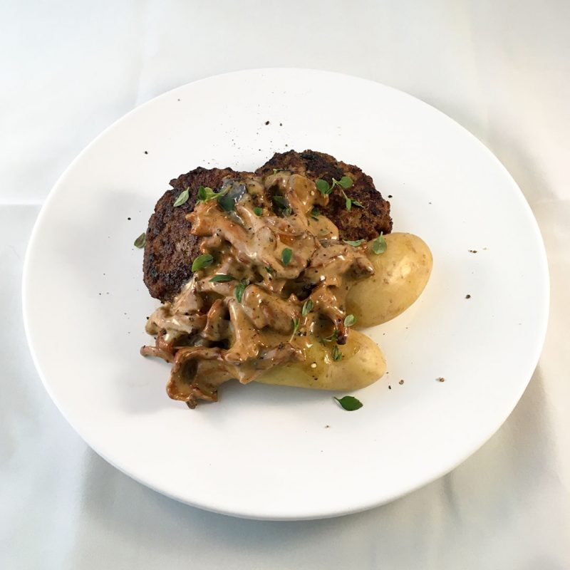 Kalvfärsbiffar med kantarellsås och mandelpotatis.