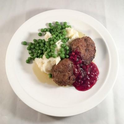 Wallenbergare med potatismos, ärtor, brynt smör och lingon.