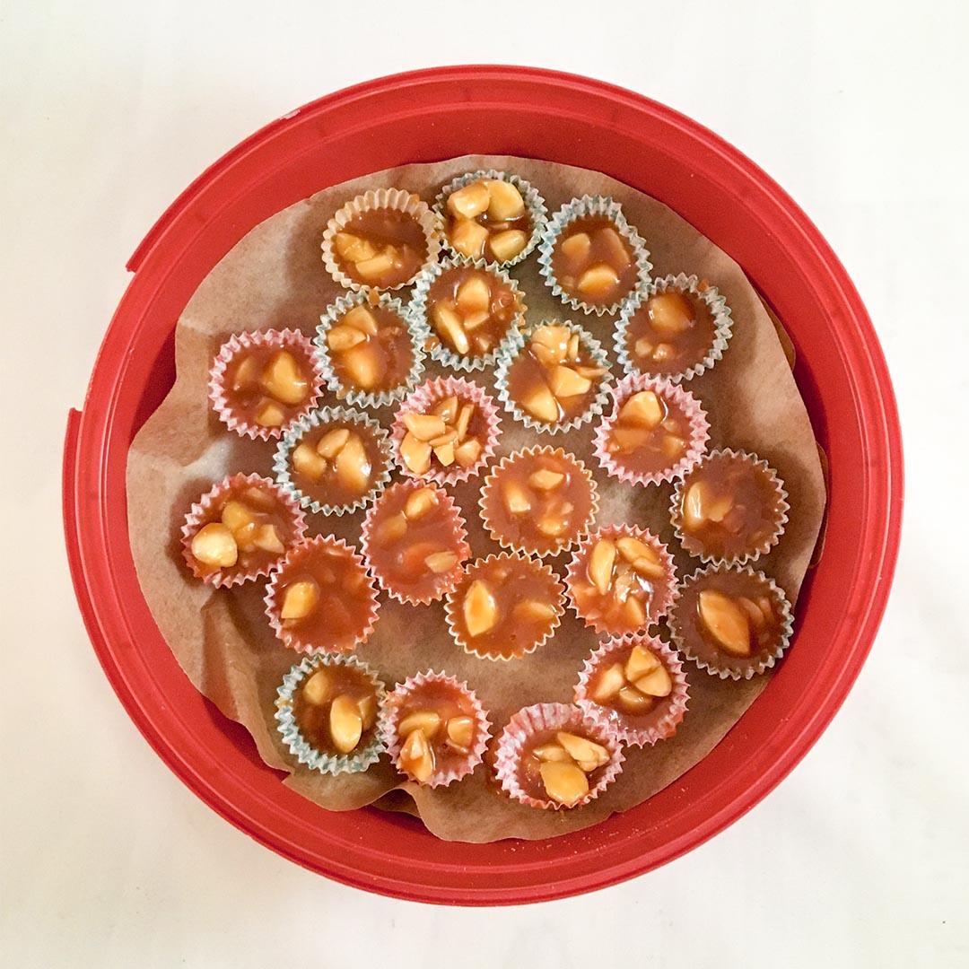 Knäck med mandlar - Klassiskt gott julgodis att servera till glögg eller ge bort som julklapp.
