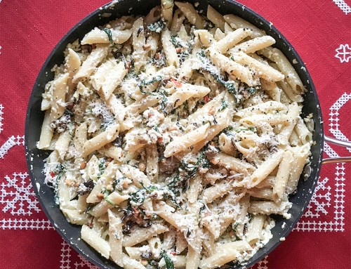 Krämig pasta med svamp, spenat, ricotta, pinjenötter och parmesan