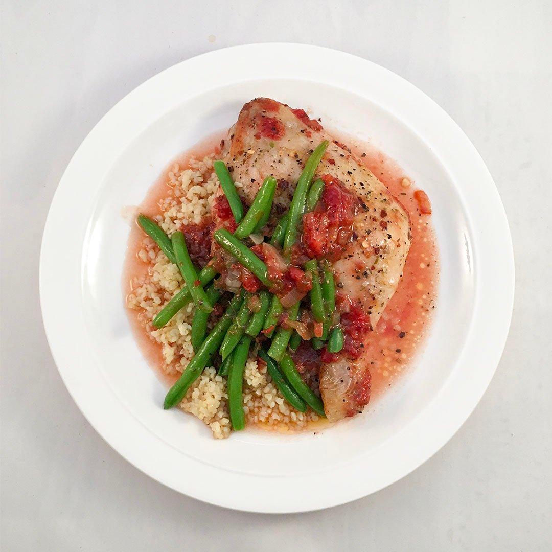 Kycklingklubbor i ugn med tomatsås och bulgur.