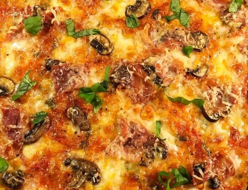 Pizzapaj Capricciosa med ost, champinjoner och prosciutto