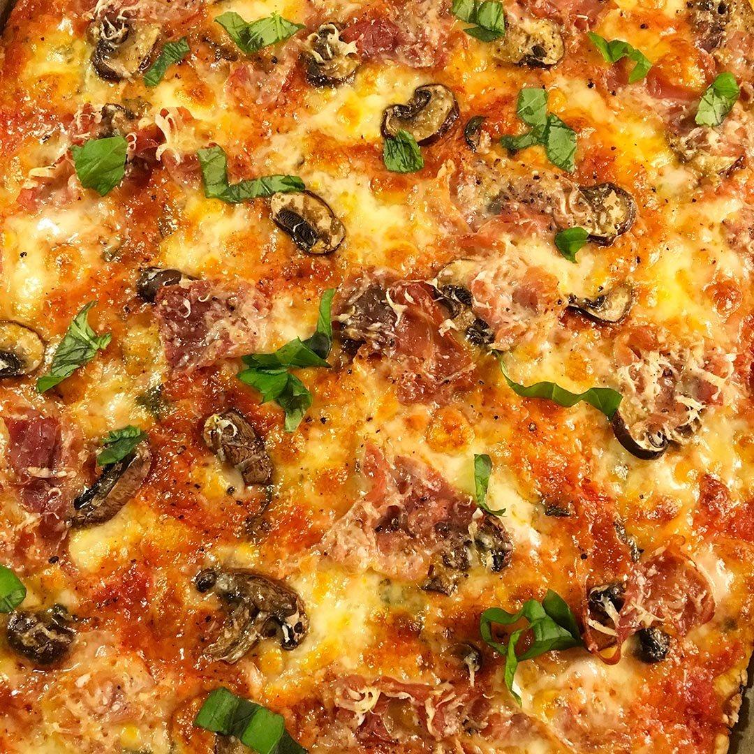 Pizzapaj Capricciosa med ost, champinjoner och prosciutto.