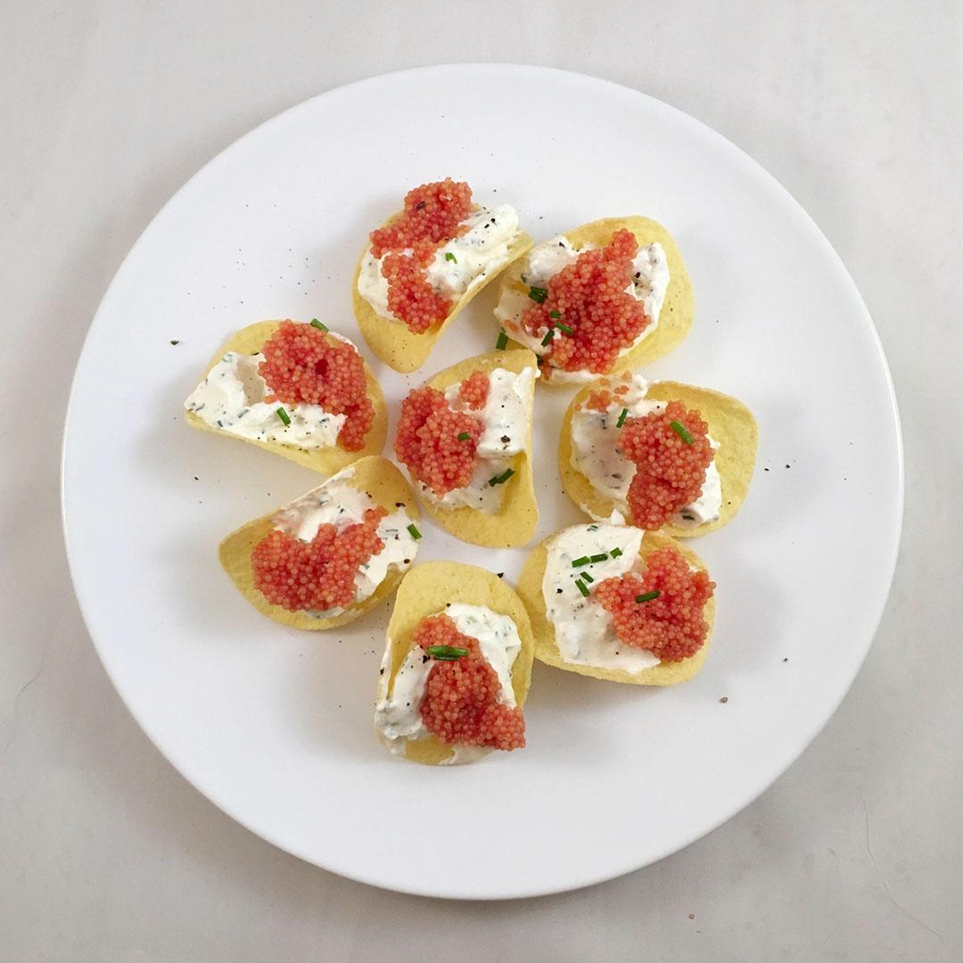 Potatischips med citrus- och gräslökscrème samt löjrom