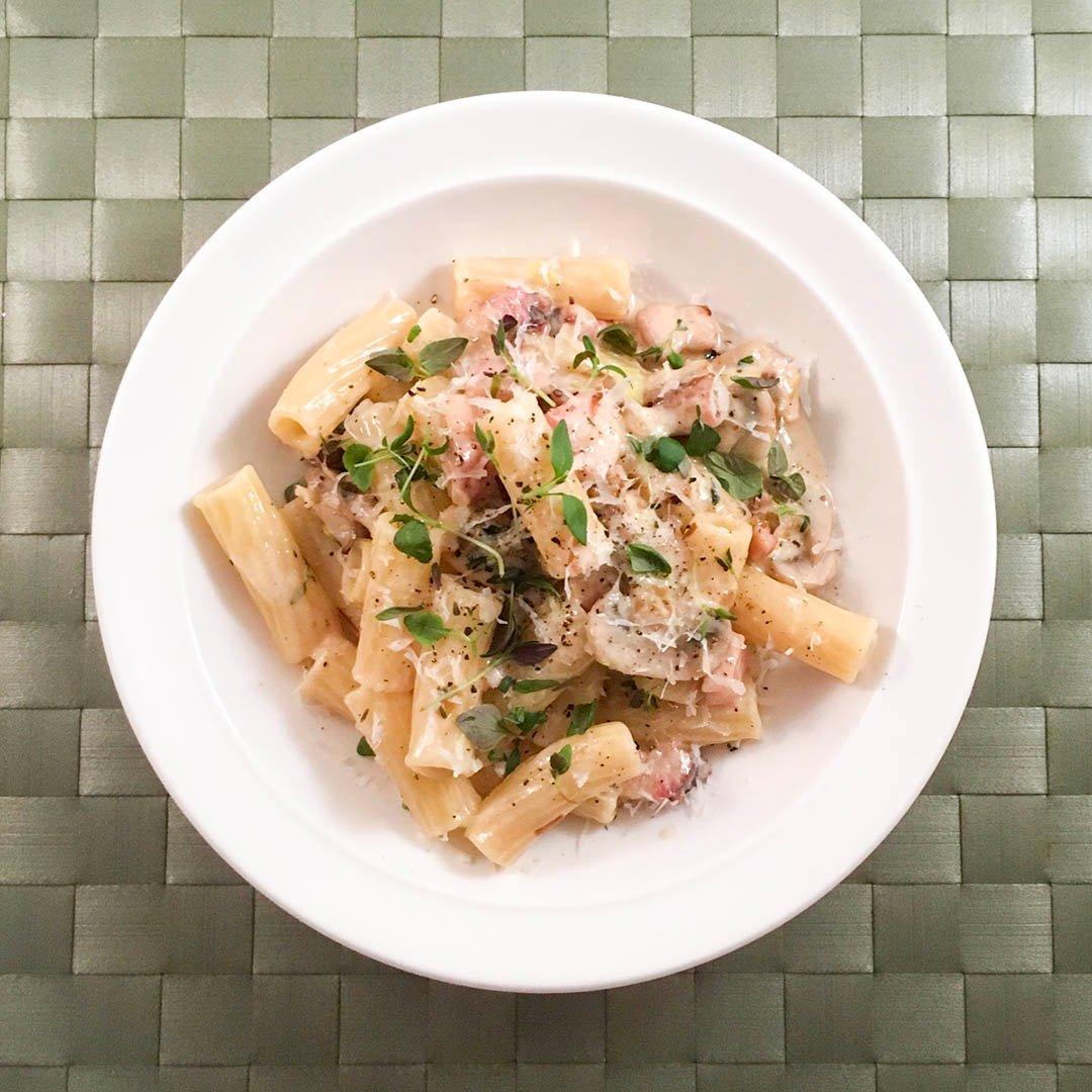 Falsk carbonara på bacon, lök, champinjoner, grädde och ost är recept på enkel lyckad middag.