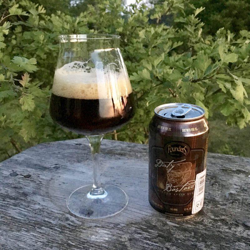 Founders Dirty Bastard Scotch Style Ale ska vara en öl med komplexa smaker. Ja om du ska tro produktbeskrivningen på burken.