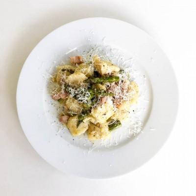 Gnocchi med sparris, sidfläsk och parmesan är lättlagad och god rätt med inspiration från Italien.
