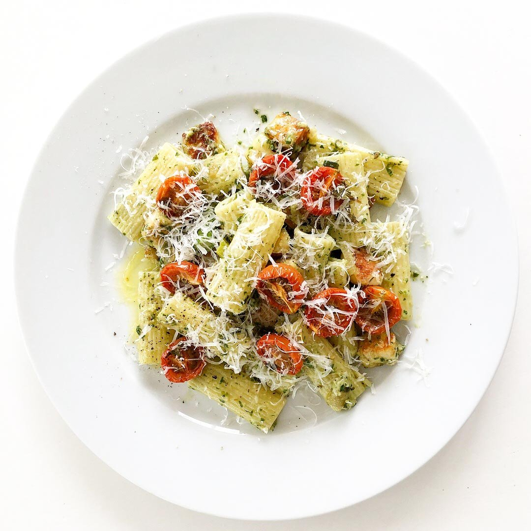 Pasta pesto med halloumi, tomat, sparris och parmesan hämtar inspiration från Italien.