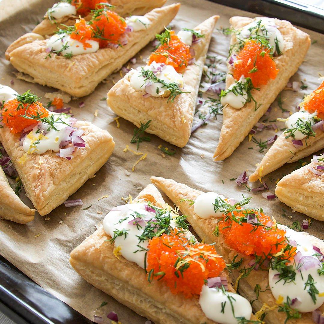 Smördeg med löjrom, crème fraiche och rödlök är lättlagad god mat.