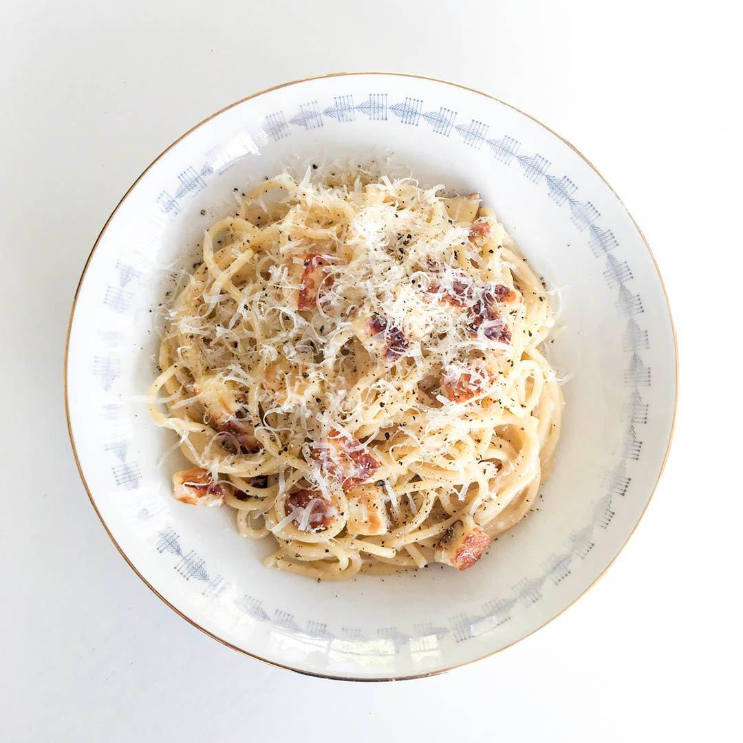 Halloumi carbonara är vegetarisk variant på pasta carbonara som är lika enkel och snabblagad som den är god.