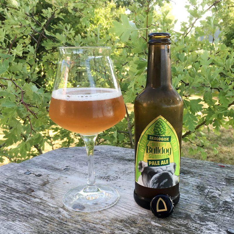 Sleepy Bulldog Pale Ale från Gotlands Bryggeri är stabil men erbjuder inget speciellt unikt i sin doft och smak.