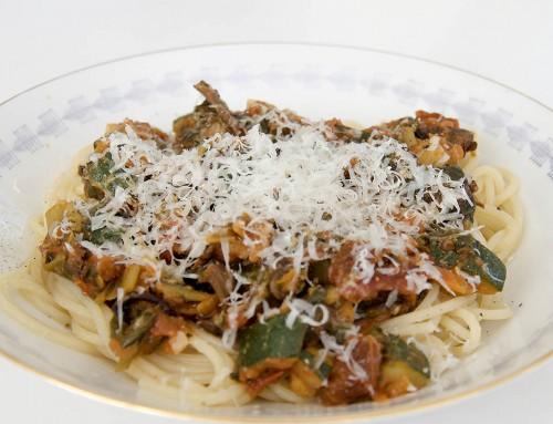 Vegetarisk pasta med svamp, spenat och grönsaker