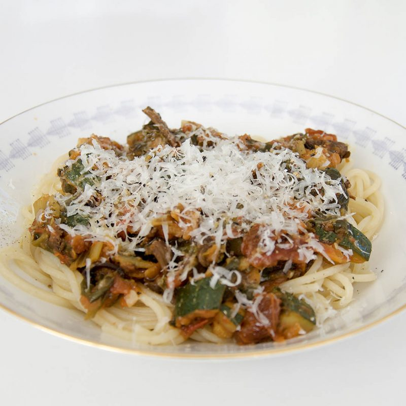 Vegetarisk pasta med svamp, spenat och grönsaker är lättlagat och välsmakande recept.
