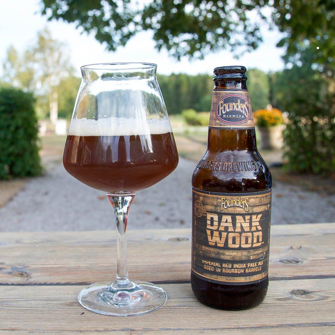 Founders Dankwood är en komplex och välsmakande käftsmäll på flaska. När du lärt känna dess smaker, så dricker du endast när lusten faller inpå.
