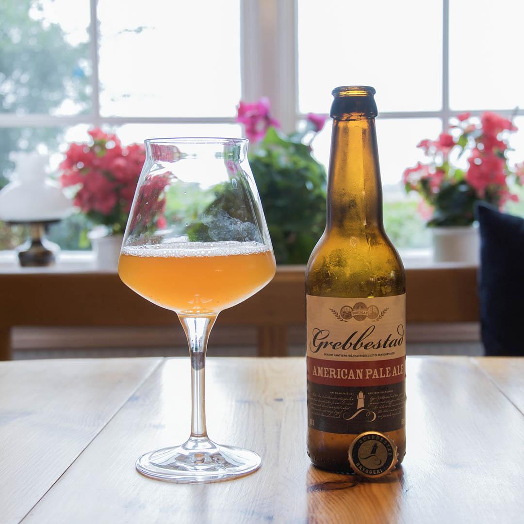 Grebbestad American Pale Ale är rå och omogen i sin smak. Det finns godare öl i stilen.