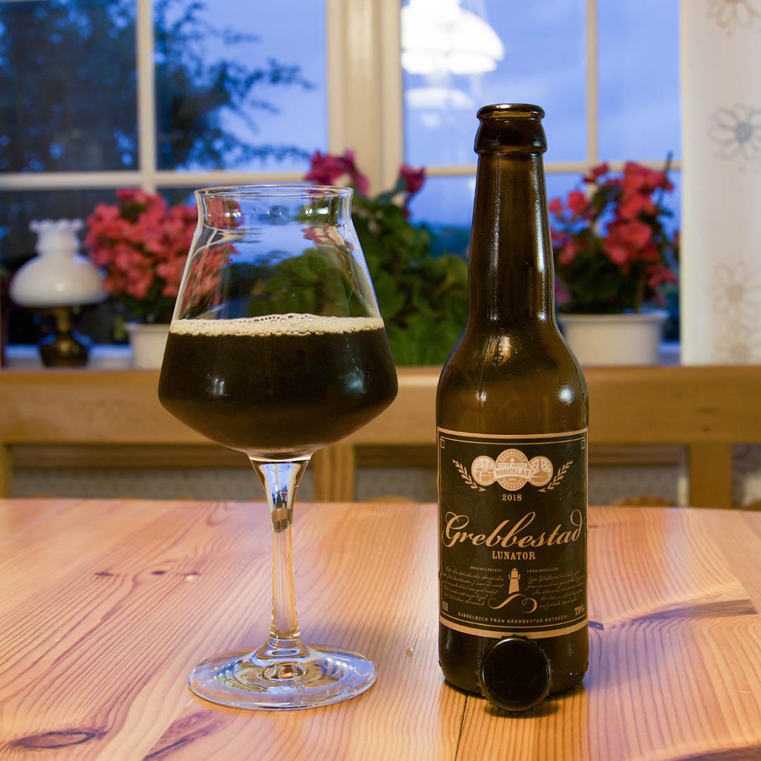 Grebbestad Lunator är en tunn och tam öl och jag saknar kropp och fyllighet.