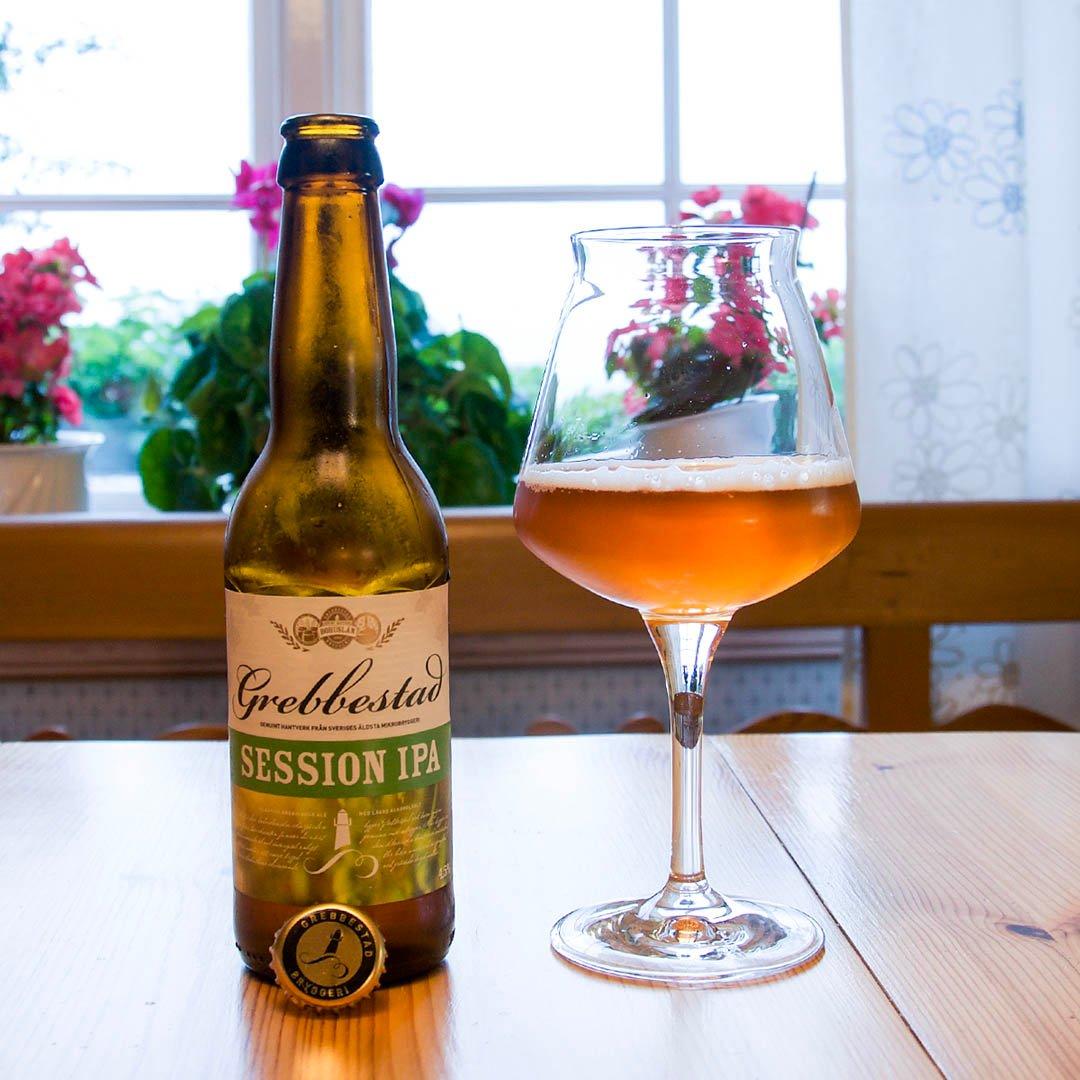 Grebbestad Session IPA är välsmakande öl från bästkusten, med tropiska smaker och lite lägre alkoholstyrka.