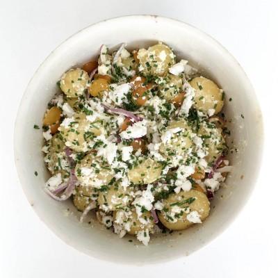 Ljummen potatissallad på vinägrett med fetaost, rödlök och tomat - Recept som du kommer tillaga många gånger.