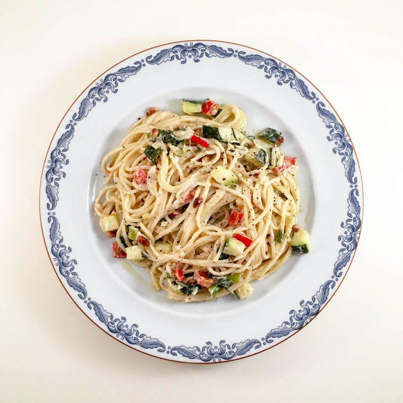Pasta med tahini och crème fraiche, chili, lök, paprika och zucchini är lättlagad middag.