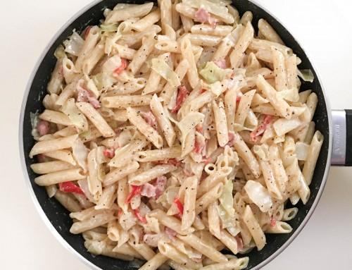 Pasta med vitkål, bacon, paprika och crème fraiche