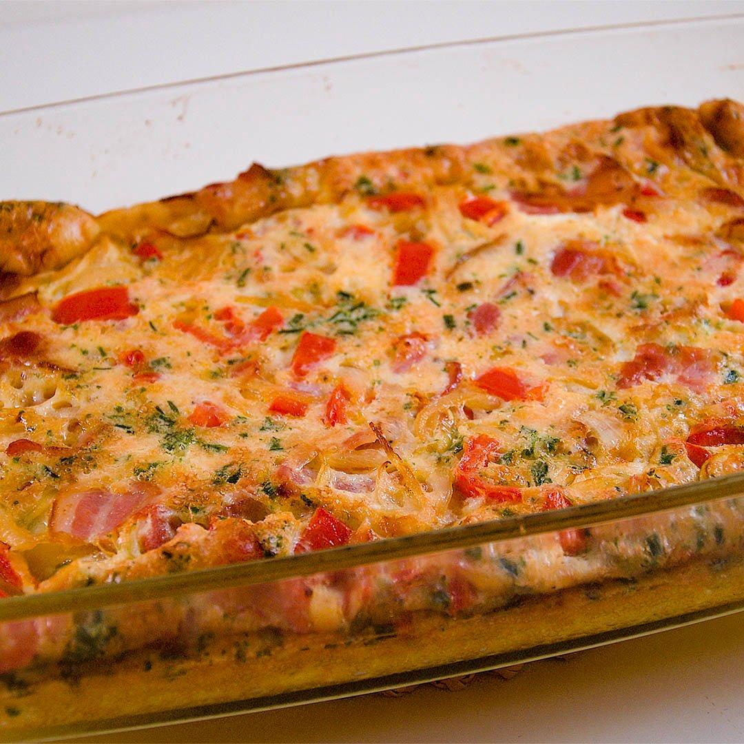 Ugnsomelett med bacon, spetspaprika, lök, gräslök och parmesan är lättlagad middag på 30 minuter.