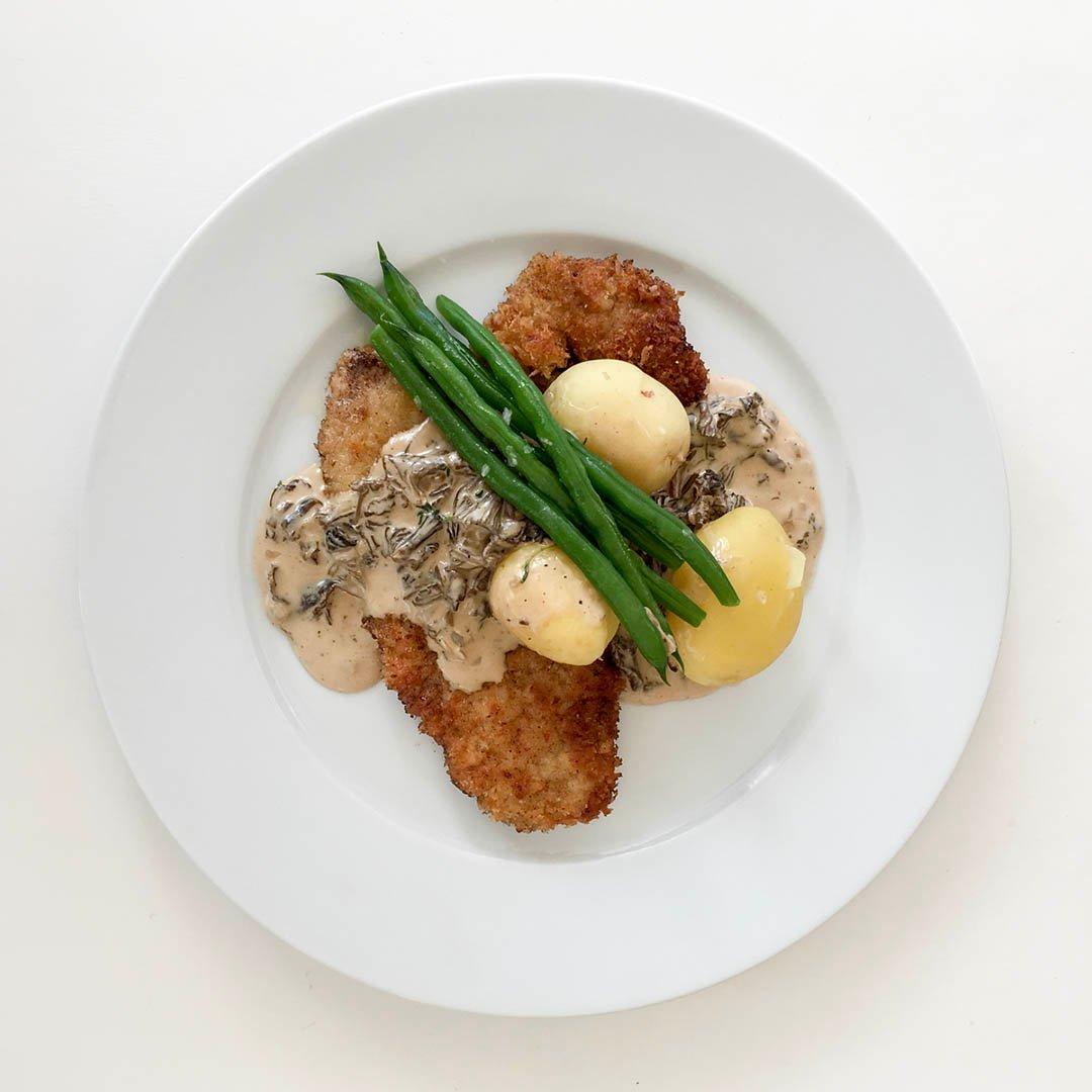 Utbankad panerad fläskytterfilé med trattkantarellsås och haricots verts är välsmakande helgmiddag. Servera gärna med nykokt potatis.