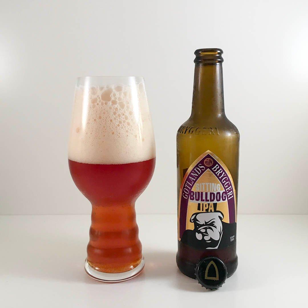 Gotlands Bryggeri Sitting Bulldog IPA är välsmakande öl som passar både som sällskapsdryck och till mat.