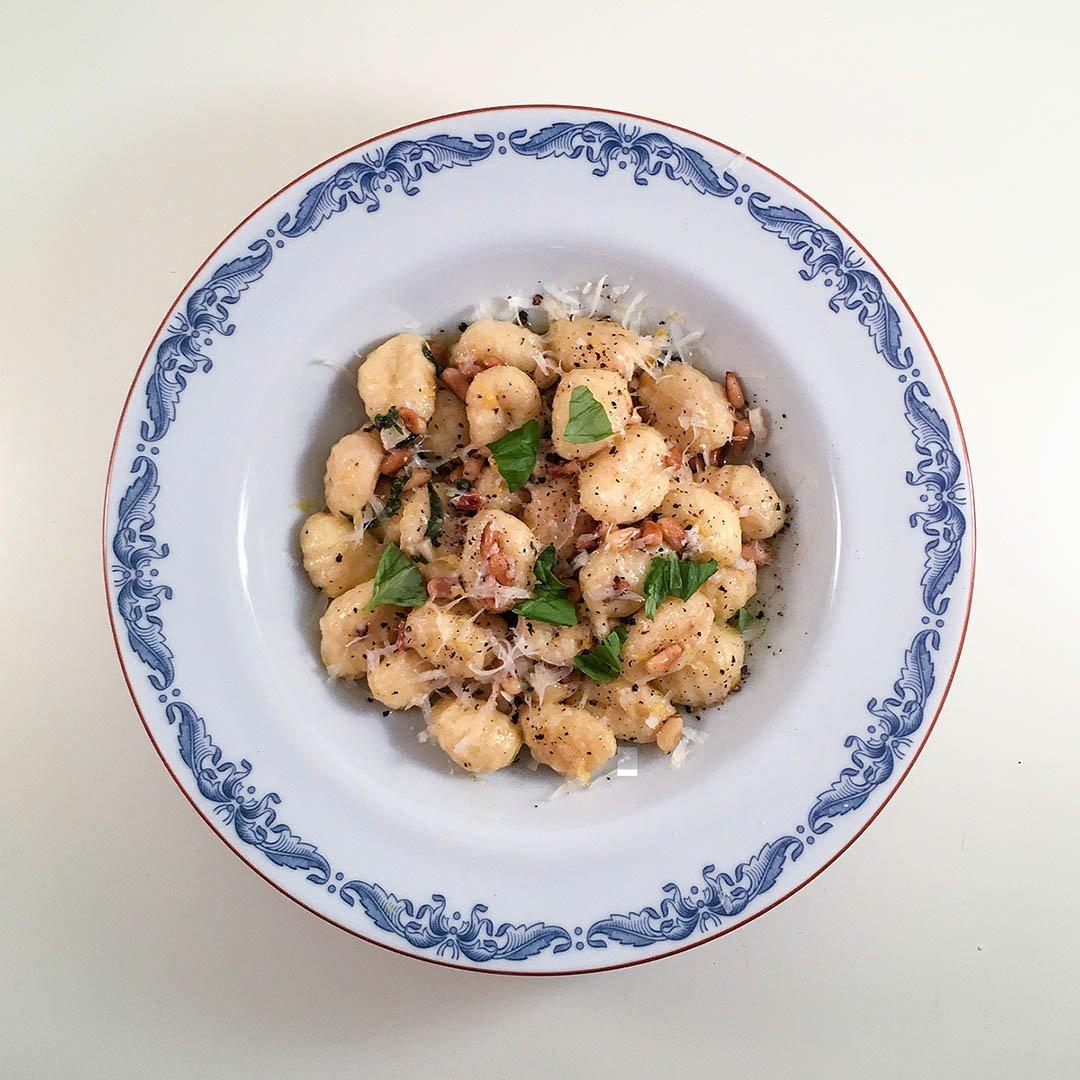 Smörstekt gnocchi med basilika vitlök, rostade pinjenötter och citron är enkel snabblagad och välsmakande middag.