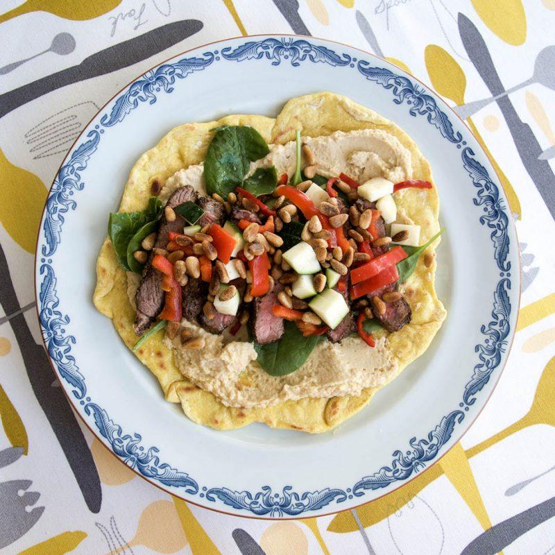 Tacos med ryggbiff och hummus samt goda tillbehör är välsmakande alternativ till den klassiska fredagstacosen.