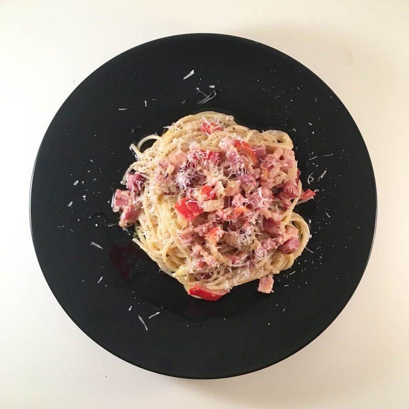 Pasta med sidfläsk, lök, paprika, grädde, citron, dijon och parmesan är lättlagad middag.