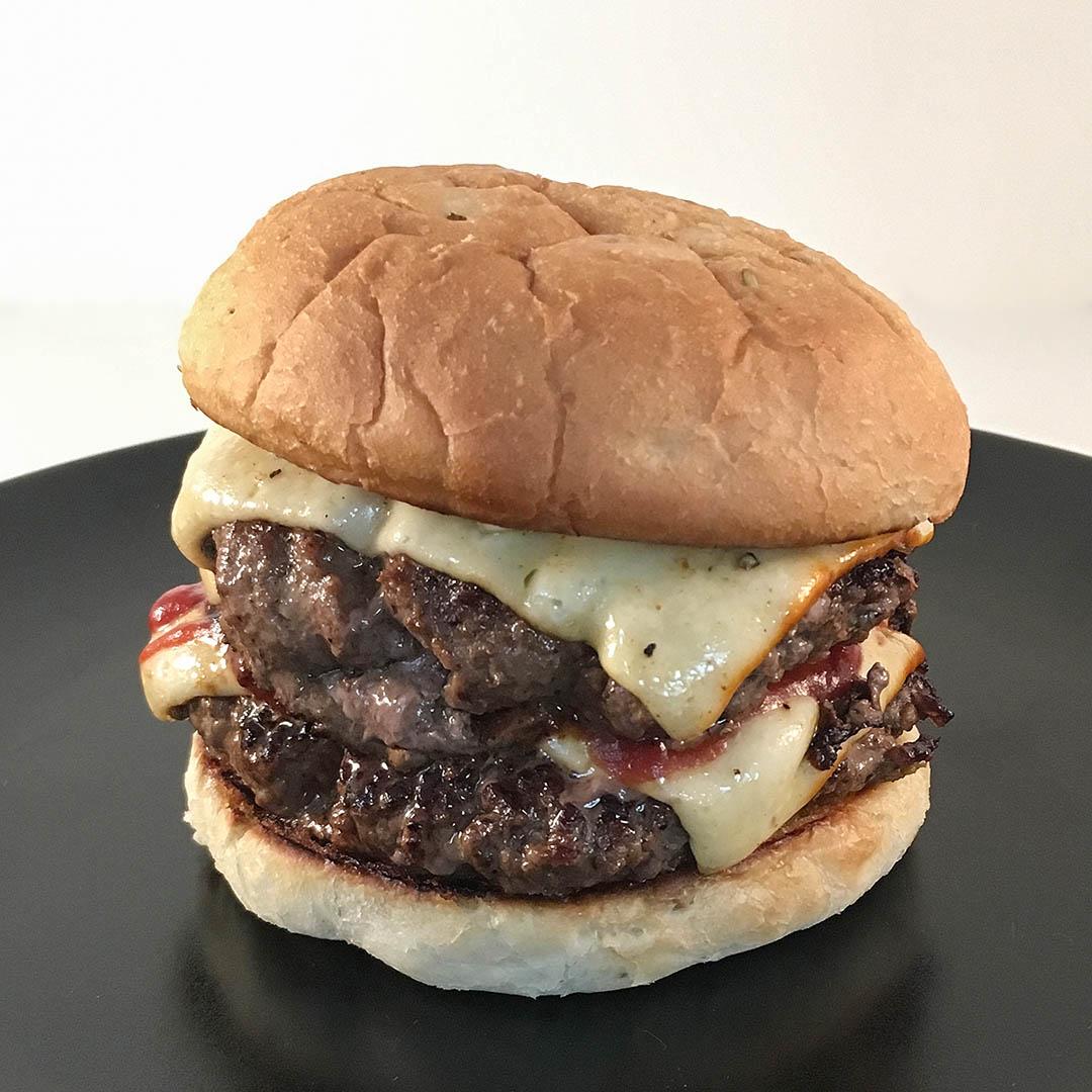Smashed cheeseburger - Recept på ostburgare med dubbla puckar. När du vill unna dig en snabblagad och god hamburgare.