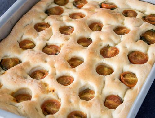 Focaccia med tomat och basilika är lättbakat italienskt bröd