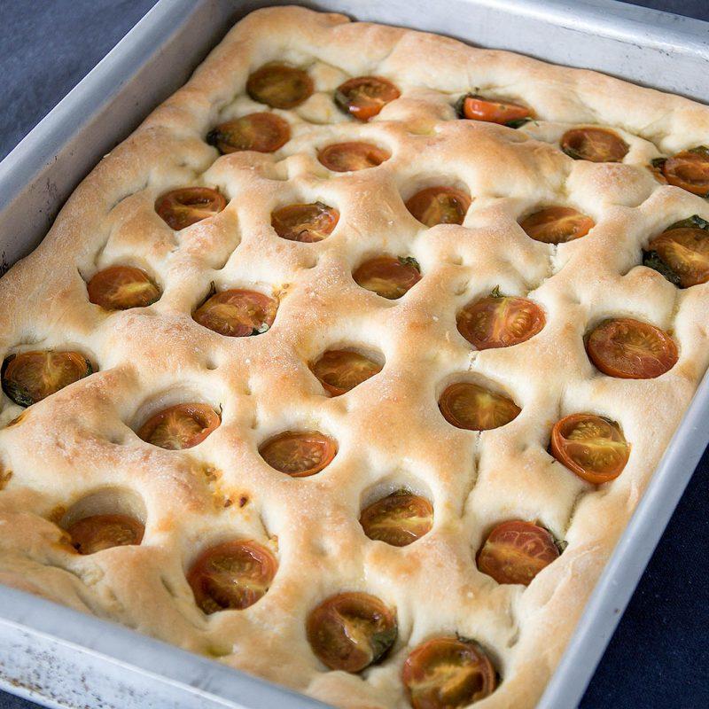 Focaccia med tomat och basilika är lättbakat italienskt bröd som du lyckas med.